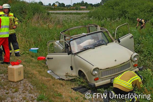 Unfallfahrzeug im Straßengraben